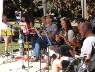 Wanaka Ukulele group at Art in the Park
